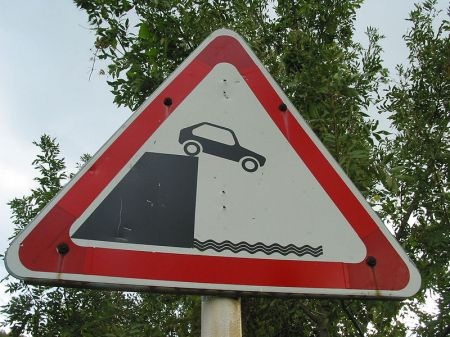 800px-Car_off_cliff_sign